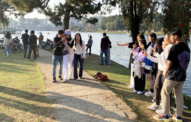 Du khách đổ về Đà Lạt, nhiều người chủ quan với dịch COVID-19 - ảnh 5