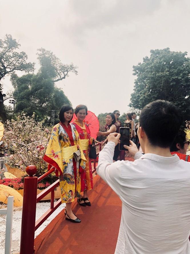 Những hình ảnh đẹp tại lễ hội hoa anh đào - ảnh 12
