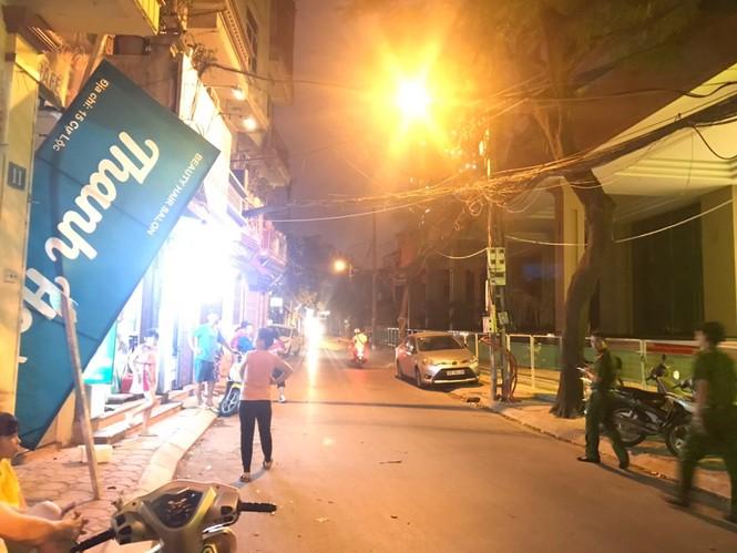 Thanh sắt dài 4m rơi từ công trình xây dựng xuống khiến nhiều người hoảng sợ - ảnh 2