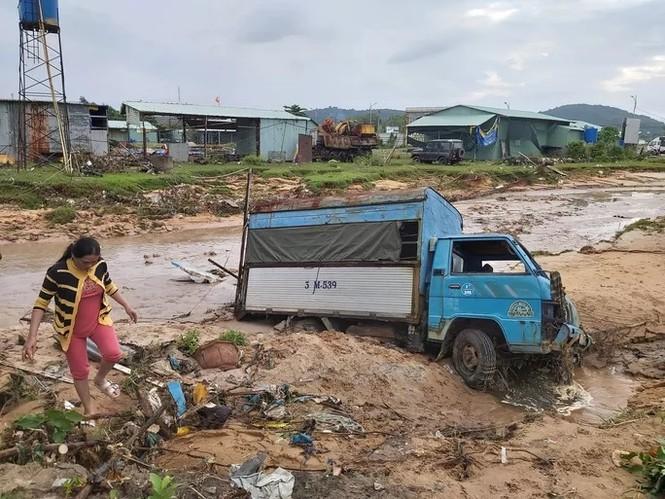 Nước 'lũ' rút, ô tô bị cuốn trôi, nhiều nhà dân ở Phú Quốc tan hoang - ảnh 4