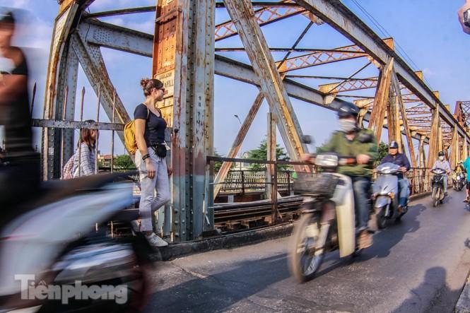 Đóng cửa phố đường tàu, khách Tây 'dạt' ra cầu Long Biên - ảnh 10