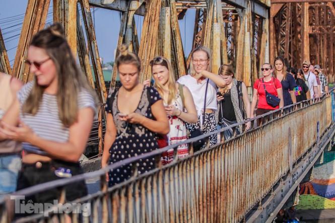 Đóng cửa phố đường tàu, khách Tây 'dạt' ra cầu Long Biên - ảnh 11