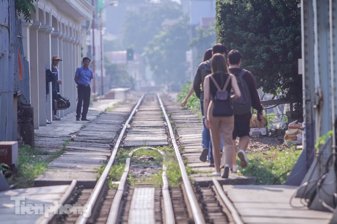 Đóng cửa phố đường tàu, khách Tây 'dạt' ra cầu Long Biên - ảnh 12