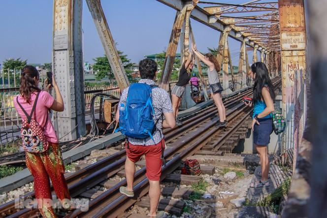 Đóng cửa phố đường tàu, khách Tây 'dạt' ra cầu Long Biên - ảnh 1