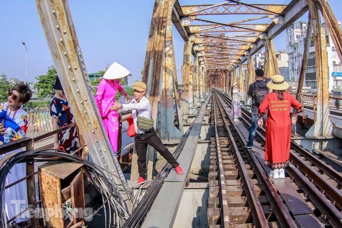 Đóng cửa phố đường tàu, khách Tây 'dạt' ra cầu Long Biên - ảnh 2