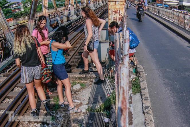 Đóng cửa phố đường tàu, khách Tây 'dạt' ra cầu Long Biên - ảnh 3