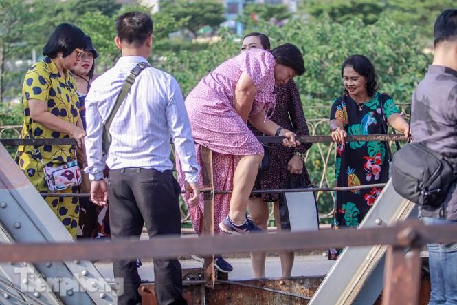 Đóng cửa phố đường tàu, khách Tây 'dạt' ra cầu Long Biên - ảnh 5