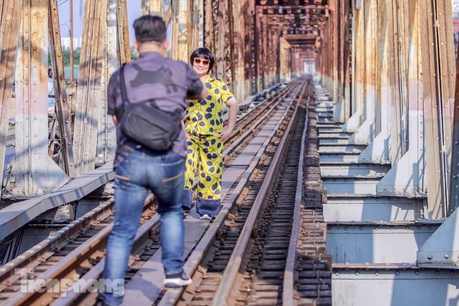 Đóng cửa phố đường tàu, khách Tây 'dạt' ra cầu Long Biên - ảnh 6