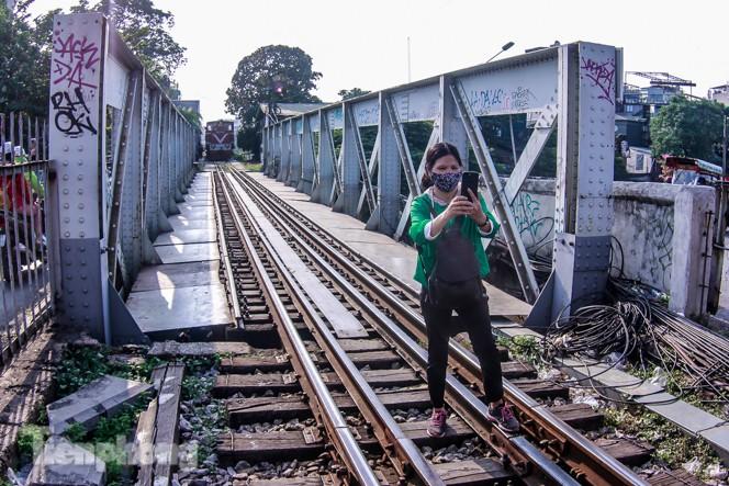 Đóng cửa phố đường tàu, khách Tây 'dạt' ra cầu Long Biên - ảnh 7