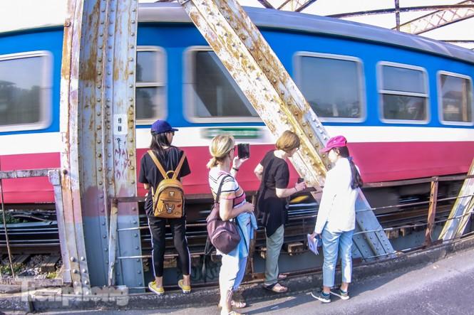 Đóng cửa phố đường tàu, khách Tây 'dạt' ra cầu Long Biên - ảnh 8