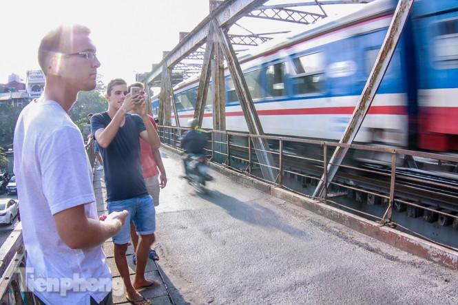 Đóng cửa phố đường tàu, khách Tây 'dạt' ra cầu Long Biên - ảnh 9