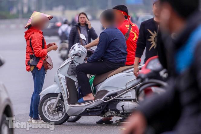 Mưa lạnh bất ngờ, 'phe vé' trận Việt Nam - UAE lo sốt vó - ảnh 9