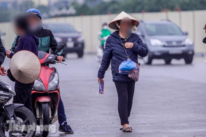 Mưa lạnh bất ngờ, 'phe vé' trận Việt Nam - UAE lo sốt vó - ảnh 10