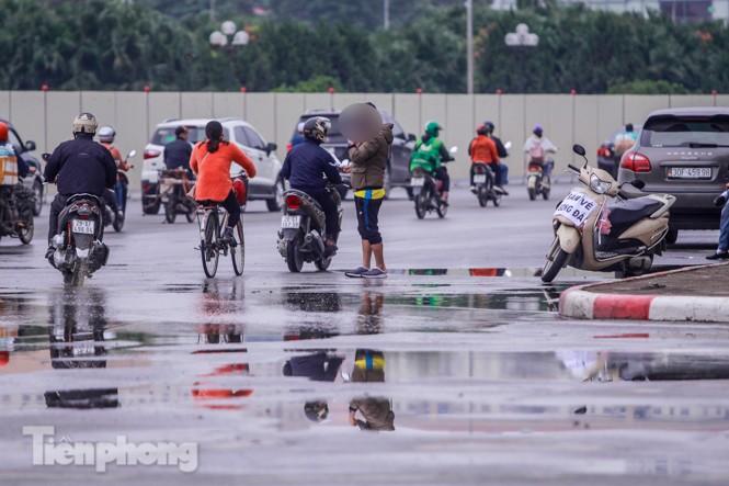 Mưa lạnh bất ngờ, 'phe vé' trận Việt Nam - UAE lo sốt vó - ảnh 1