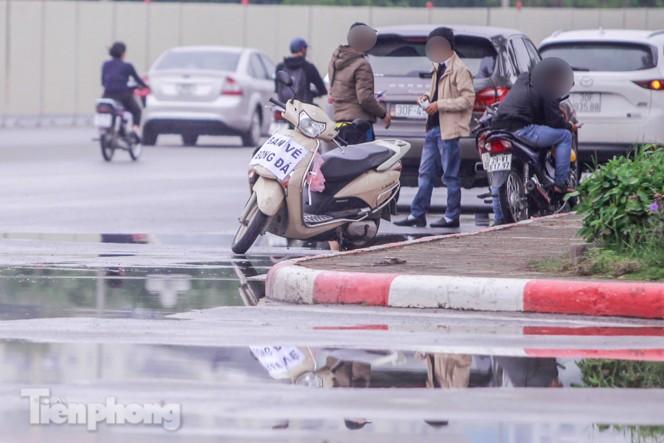 Mưa lạnh bất ngờ, 'phe vé' trận Việt Nam - UAE lo sốt vó - ảnh 6