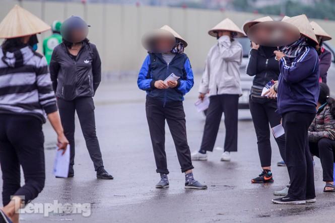 Mưa lạnh bất ngờ, 'phe vé' trận Việt Nam - UAE lo sốt vó - ảnh 2