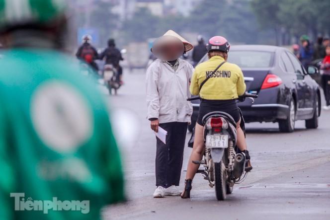 Mưa lạnh bất ngờ, 'phe vé' trận Việt Nam - UAE lo sốt vó - ảnh 4