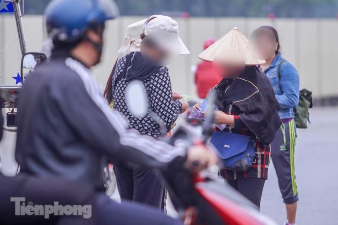 Mưa lạnh bất ngờ, 'phe vé' trận Việt Nam - UAE lo sốt vó - ảnh 8