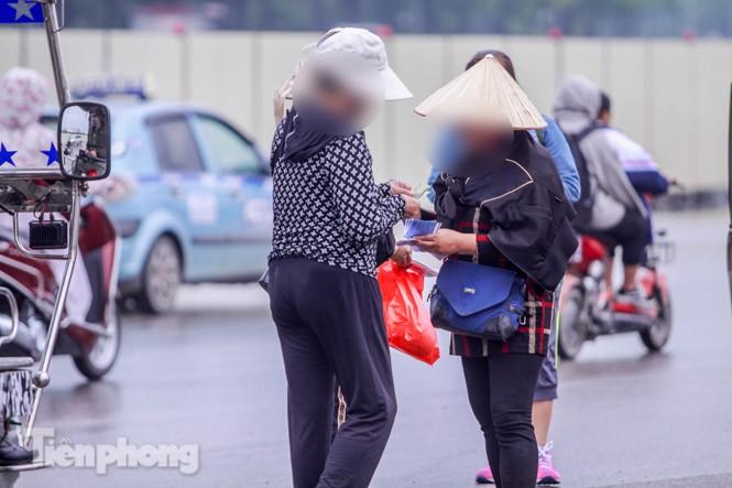 Mưa lạnh bất ngờ, 'phe vé' trận Việt Nam - UAE lo sốt vó - ảnh 11