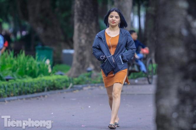 Hà Nội đón không khí lạnh: 'Đã nghe rét mướt luồn trong gió' - ảnh 8