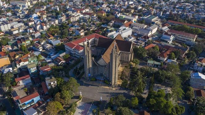 Toàn cảnh hai nhà thờ lớn ở Huế trong dịp Giáng sinh - ảnh 1