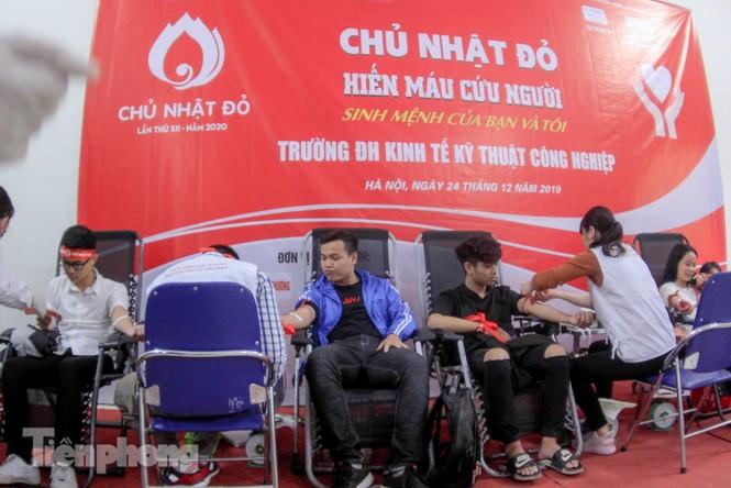 Sôi nổi hiến máu Chủ nhật Đỏ ở trường ĐH Kinh tế Kỹ thuật Công nghiệp - ảnh 1