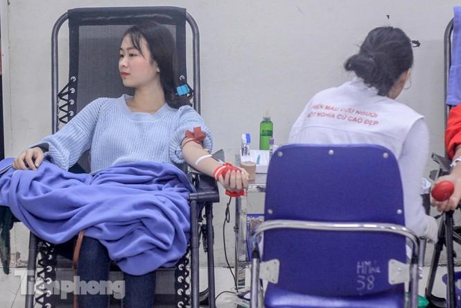 Sôi nổi hiến máu Chủ nhật Đỏ ở trường ĐH Kinh tế Kỹ thuật Công nghiệp - ảnh 8