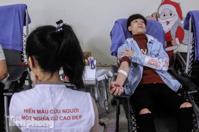 Sôi nổi hiến máu Chủ nhật Đỏ ở trường ĐH Kinh tế Kỹ thuật Công nghiệp - ảnh 10