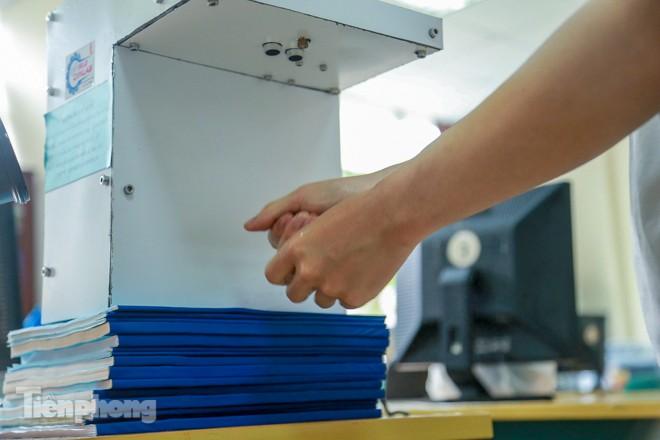 Phòng Covid-19, sinh viên chế tạo thành công máy rửa tay diệt khuẩn tự động  - ảnh 11