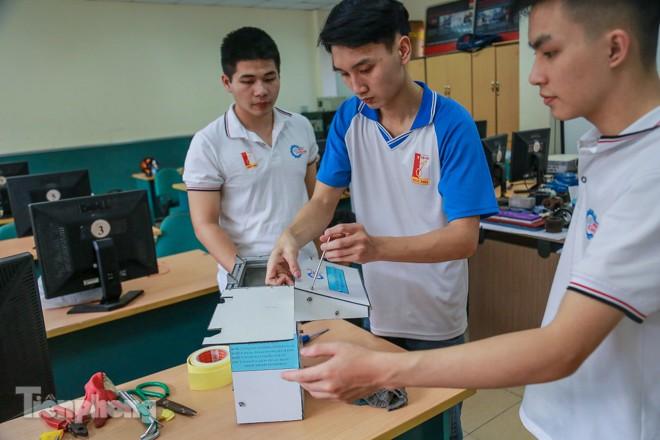 Phòng Covid-19, sinh viên chế tạo thành công máy rửa tay diệt khuẩn tự động  - ảnh 2