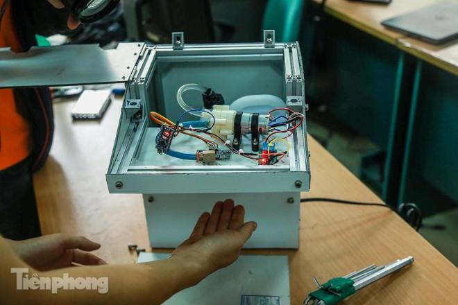Phòng Covid-19, sinh viên chế tạo thành công máy rửa tay diệt khuẩn tự động  - ảnh 3