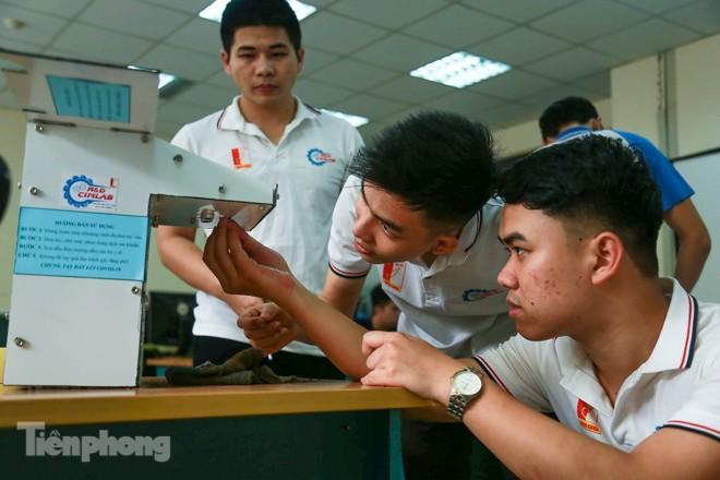 Phòng Covid-19, sinh viên chế tạo thành công máy rửa tay diệt khuẩn tự động  - ảnh 4