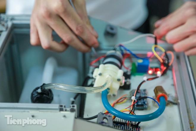 Phòng Covid-19, sinh viên chế tạo thành công máy rửa tay diệt khuẩn tự động  - ảnh 6