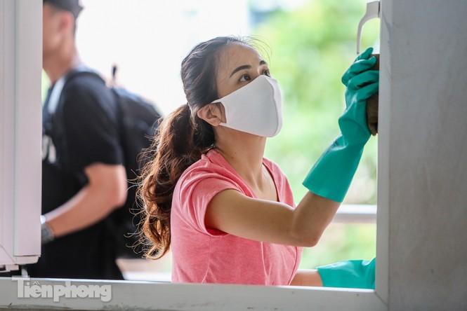 Thầy cô, phụ huynh tận tay tỉ mỉ dọn vệ sinh trường lớp - ảnh 10