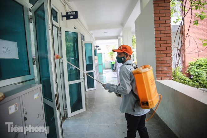 Thầy cô, phụ huynh tận tay tỉ mỉ dọn vệ sinh trường lớp - ảnh 11