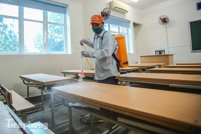 Thầy cô, phụ huynh tận tay tỉ mỉ dọn vệ sinh trường lớp - ảnh 12