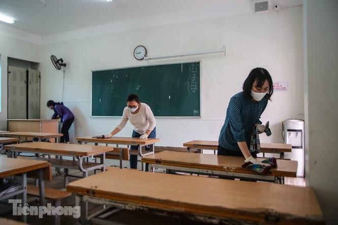 Thầy cô, phụ huynh tận tay tỉ mỉ dọn vệ sinh trường lớp - ảnh 13