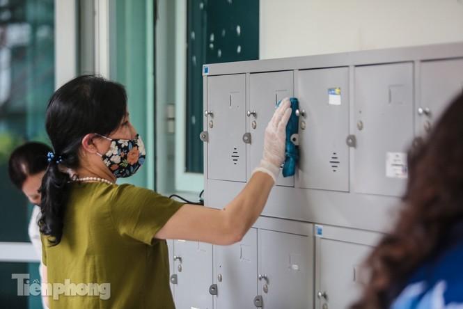 Thầy cô, phụ huynh tận tay tỉ mỉ dọn vệ sinh trường lớp - ảnh 15