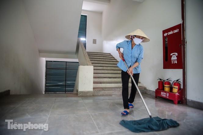Thầy cô, phụ huynh tận tay tỉ mỉ dọn vệ sinh trường lớp - ảnh 16