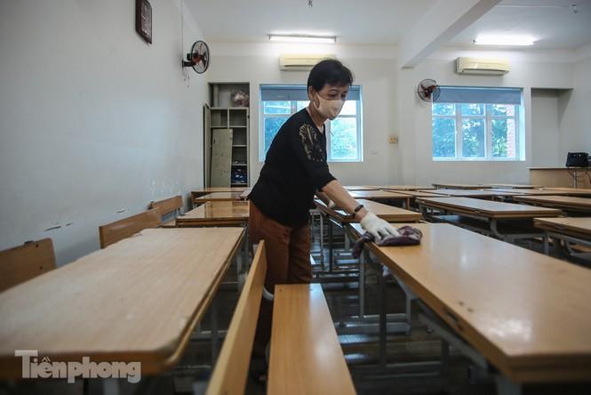 Thầy cô, phụ huynh tận tay tỉ mỉ dọn vệ sinh trường lớp - ảnh 17