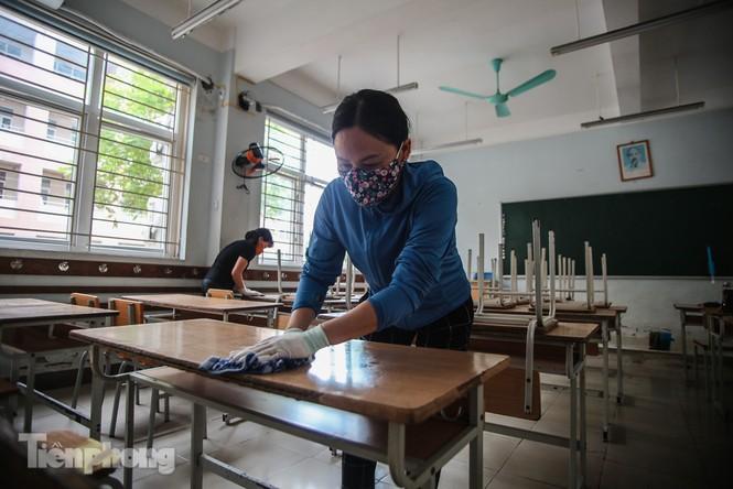Thầy cô, phụ huynh tận tay tỉ mỉ dọn vệ sinh trường lớp - ảnh 1