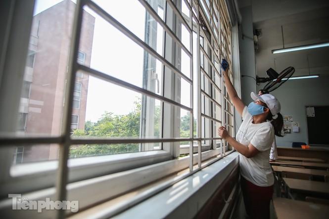 Thầy cô, phụ huynh tận tay tỉ mỉ dọn vệ sinh trường lớp - ảnh 3