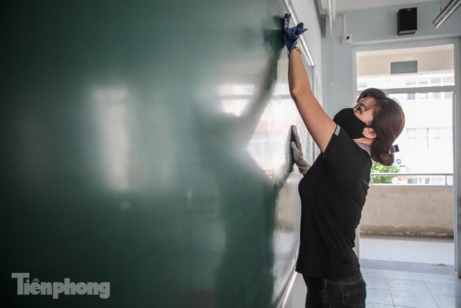 Thầy cô, phụ huynh tận tay tỉ mỉ dọn vệ sinh trường lớp - ảnh 5