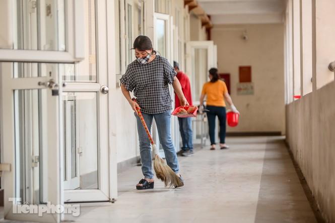 Thầy cô, phụ huynh tận tay tỉ mỉ dọn vệ sinh trường lớp - ảnh 6