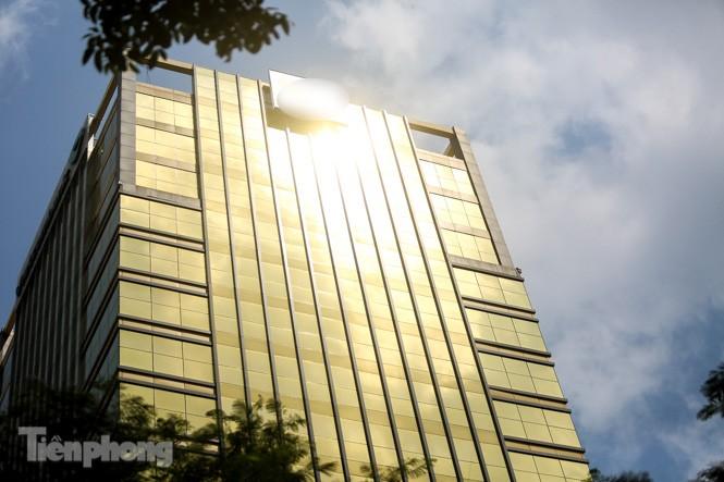 Hà Nội xuất hiện cao ốc 'dát vàng' gây chói lóa trong ngày hè oi bức - ảnh 2