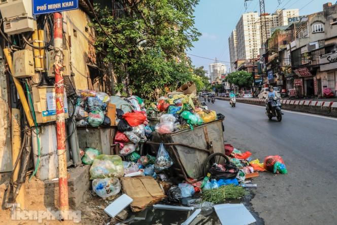Xe vào bãi rác Nam Sơn bị chặn, phố phường Hà Nội ngập trong 'biển' rác - ảnh 10