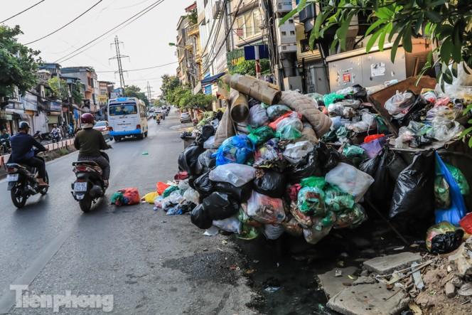 Xe vào bãi rác Nam Sơn bị chặn, phố phường Hà Nội ngập trong 'biển' rác - ảnh 11