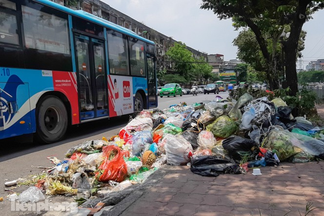 Xe vào bãi rác Nam Sơn bị chặn, phố phường Hà Nội ngập trong 'biển' rác - ảnh 1