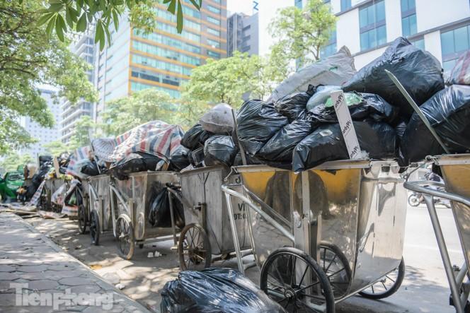Xe vào bãi rác Nam Sơn bị chặn, phố phường Hà Nội ngập trong 'biển' rác - ảnh 4