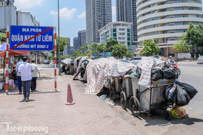 Xe vào bãi rác Nam Sơn bị chặn, phố phường Hà Nội ngập trong 'biển' rác - ảnh 6